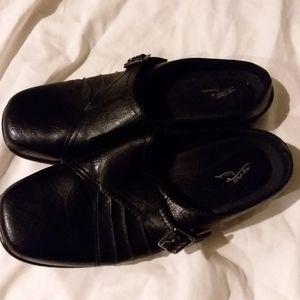 Women Shoes slip on color black,size 11w.